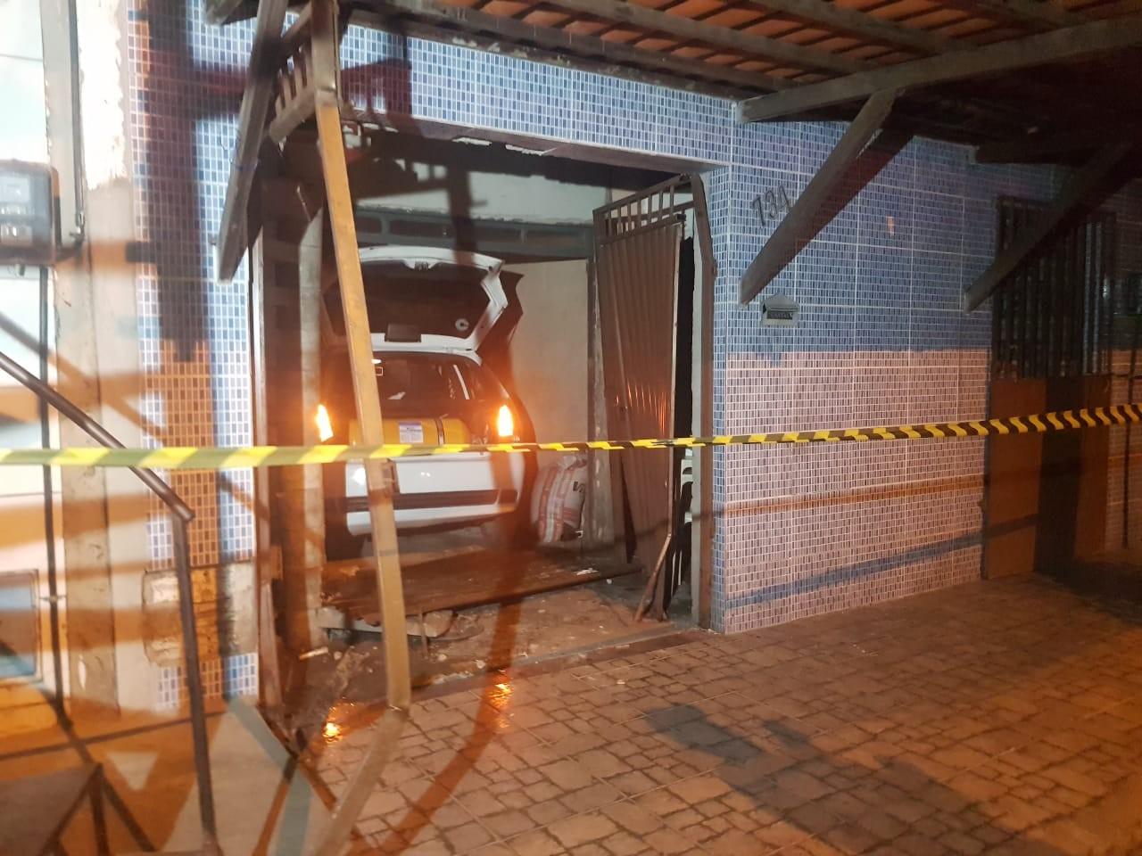 Motorista é atingido por tiros em tentativa de assalto, perde o controle do veículo e atinge portão de casa em Fortaleza