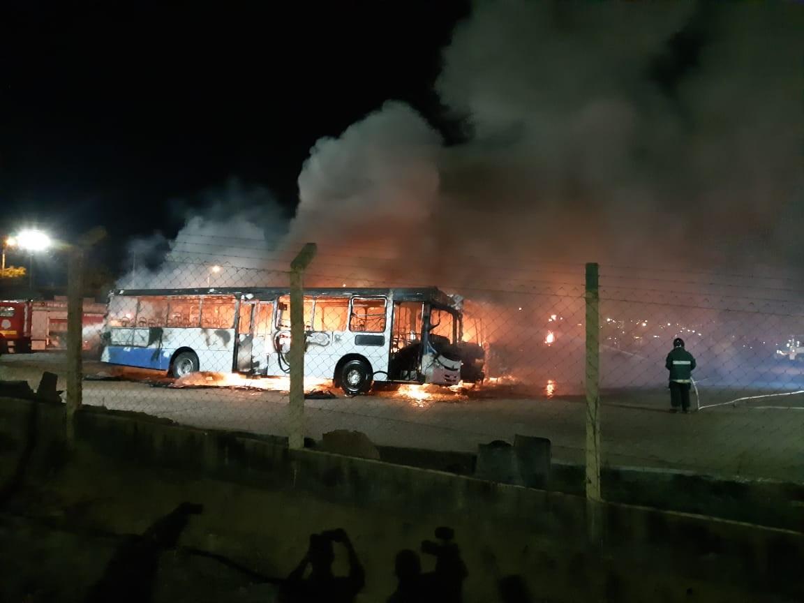 Incêndio atinge garagem de empresa de ônibus em Sumaré, SP  - Radio Evangelho Gospel