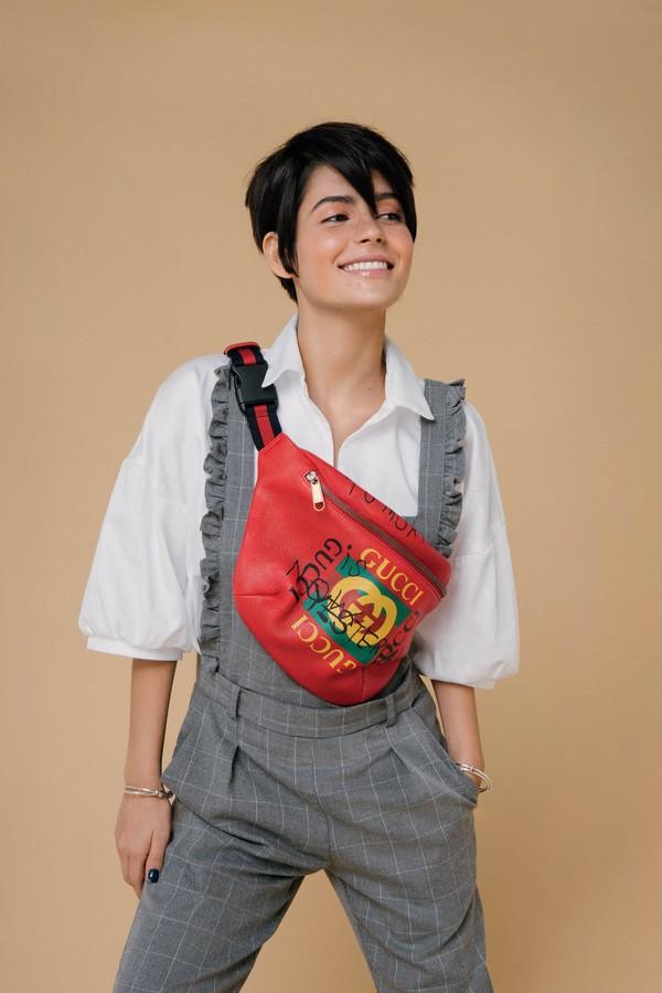 """A """"pochetona"""" usada por Julia Dalavia é da Gucci. Mara, né? (Foto: Takeuchiss/Arquivo Glamour)"""