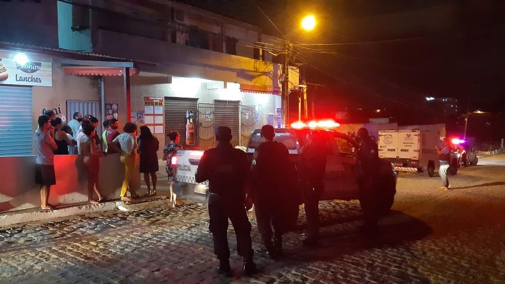 Corpo da vítima ficou em frente a mercadinho, após crime na Zona Norte de Natal — Foto: Sérgio Henrique Santos/Inter TV Cabugi