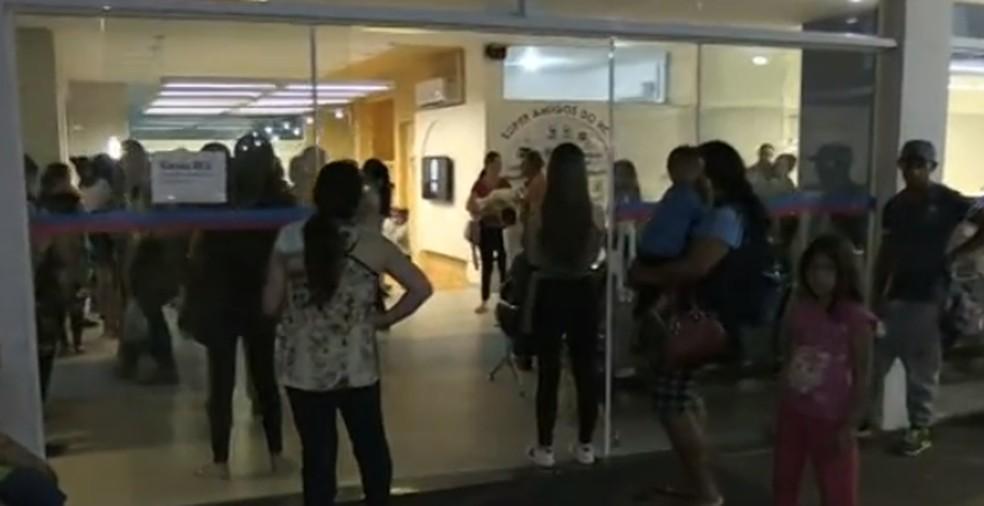 Pacientes esperam até sete horas por atendimento no Hospital da Criança, em Ponta Grossa — Foto: Reprodução/RPC