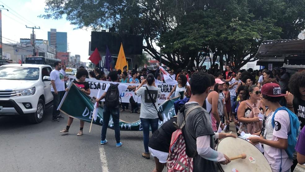 FEIRA DE SANTANA, 9h45: manifestantes iniciam passeata contra bloqueios de recursos da educação e reforma da previdência — Foto: Adilson Muritiba/TV Subaé