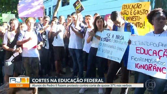Alunos do Colégio Pedro II protestam contra cortes de verba em visita de Bolsonaro ao Rio