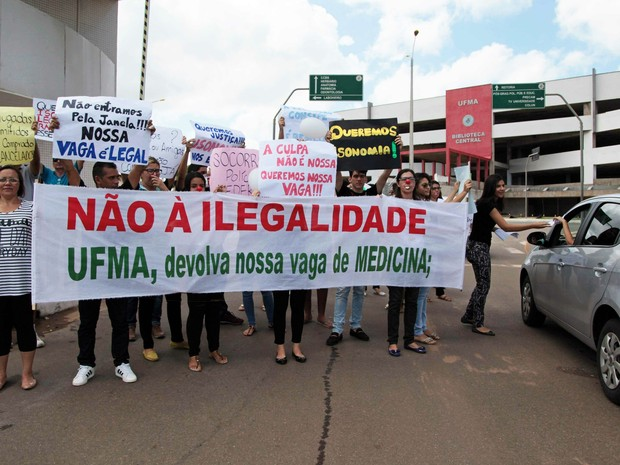 Estudantes de Medicina protestam na UFMA (Foto: Flora Dolores/ O Estado)