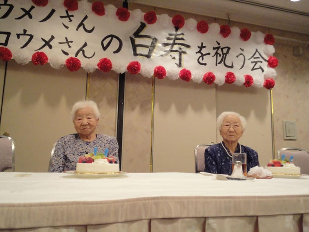 Koume (esquerda) e Umeno (direita) na festa de 99 anos — Foto: Reprodução/Guinness World Records