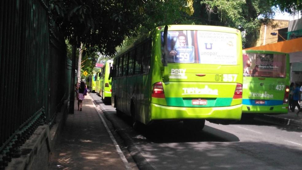 Mulher esperava ônibus na Praça da Bandeira quando foi surpreendida por um homem (Foto: Junior Feitosa/G1)