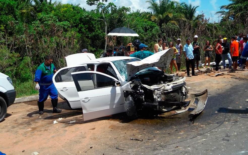 Carro ficou destruído com o impacto da batida na Bahia (Foto: Divulgação / SSP)