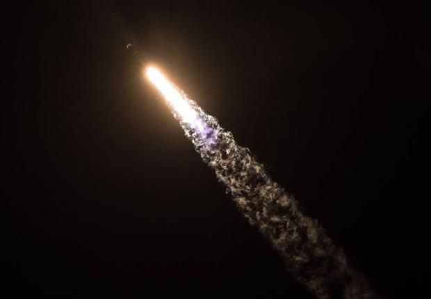 Foguete Falcon 9 da SpaceX, levando o satélite Zuma em órbita (Foto: Reprodução / Facebook / SpaceX)