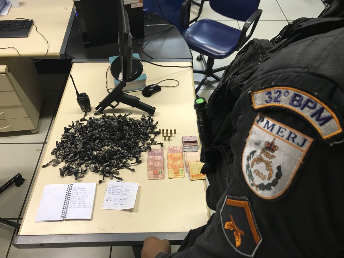 Polícia apreende arma de uso restrito e drogas em comunidade de Macaé, no RJ