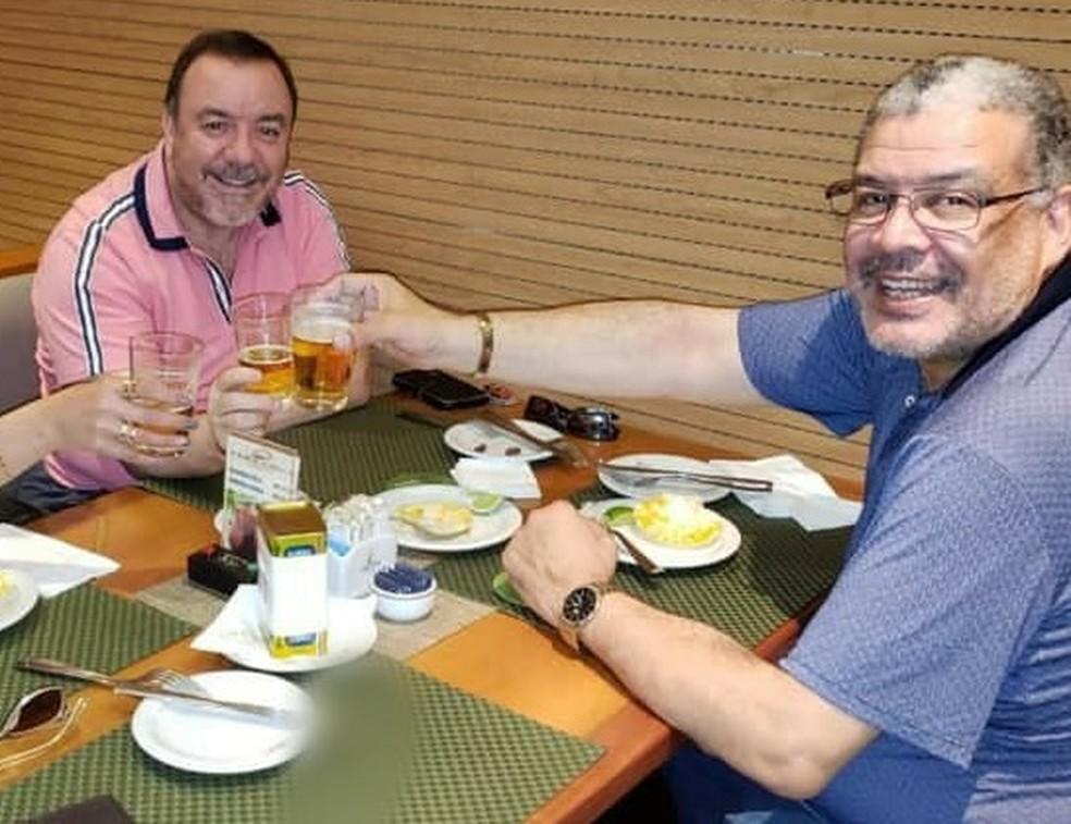 Juiz e advogado comem juntos em foto publicada em rede social — Foto: Reprodução/Facebook