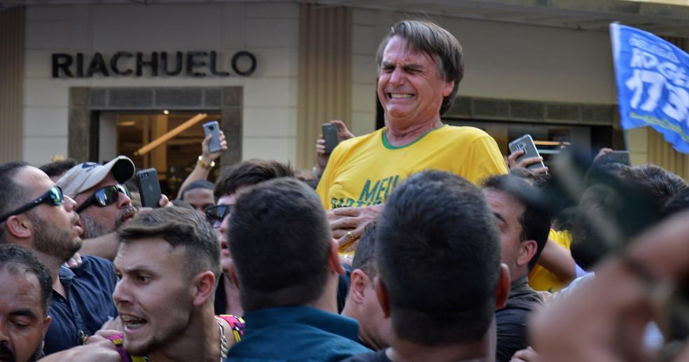 Jair Bolsonaro após ser esfaqueado durante uma campanha em Juiz de Fora, Minas Gerais — Foto: Raysa Leite/AFP