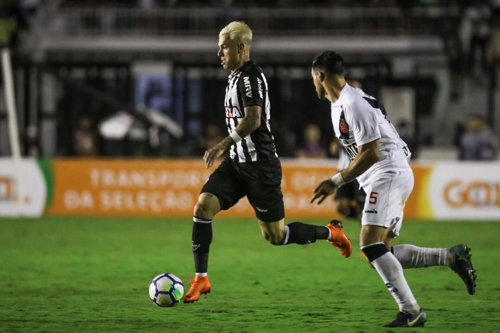 Lance envolvendo Róger Guedes determinou derrota do Atlético-MG em São Januário (Foto: Bruno Cantini)