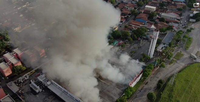 VÍDEO mostra demolição de caixa d'água de hipermercado em São José dos Campos