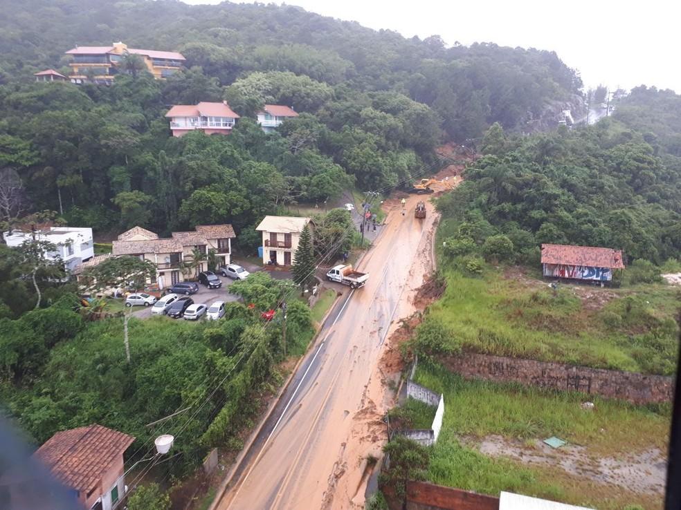SC-406 na Barra da Lagoa teve interdição após queda de barreira na rodovia  (Foto: Eveline Poncio/NSC TV )