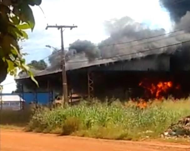 Incêndio destrói depósito de pneus usados em Lagoa da Confusão; veja o vídeo