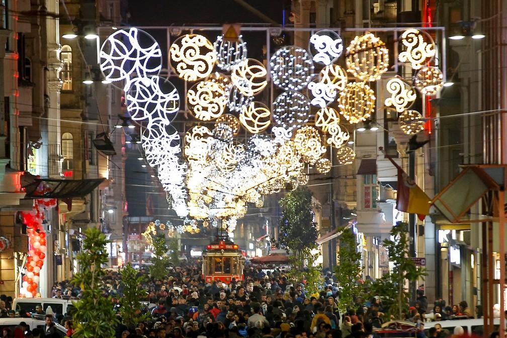 Celebrações de Ano Novo na praça Taksim em Istambul, na Turquia, na terça-feira (31). — Foto: Huseyin Aldemir/Reuters