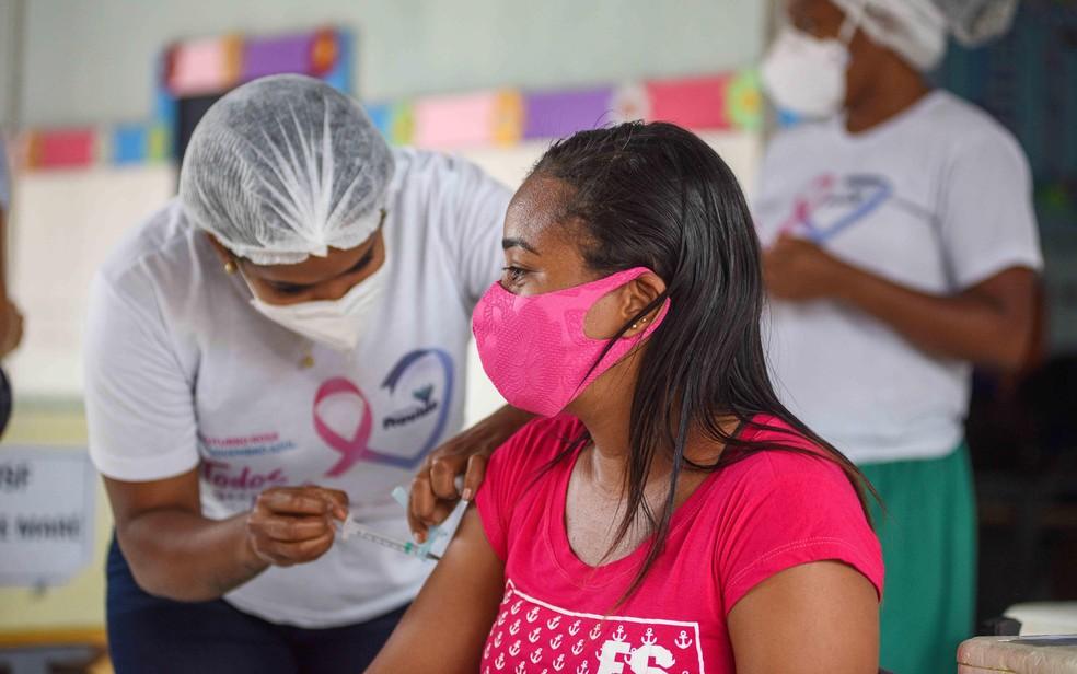 Covid-19: Adolescentes com 14 anos sem comorbidades poderão receber a 1ª dose na quarta-feira, em Salvador — Foto: Betto Jr./Secom