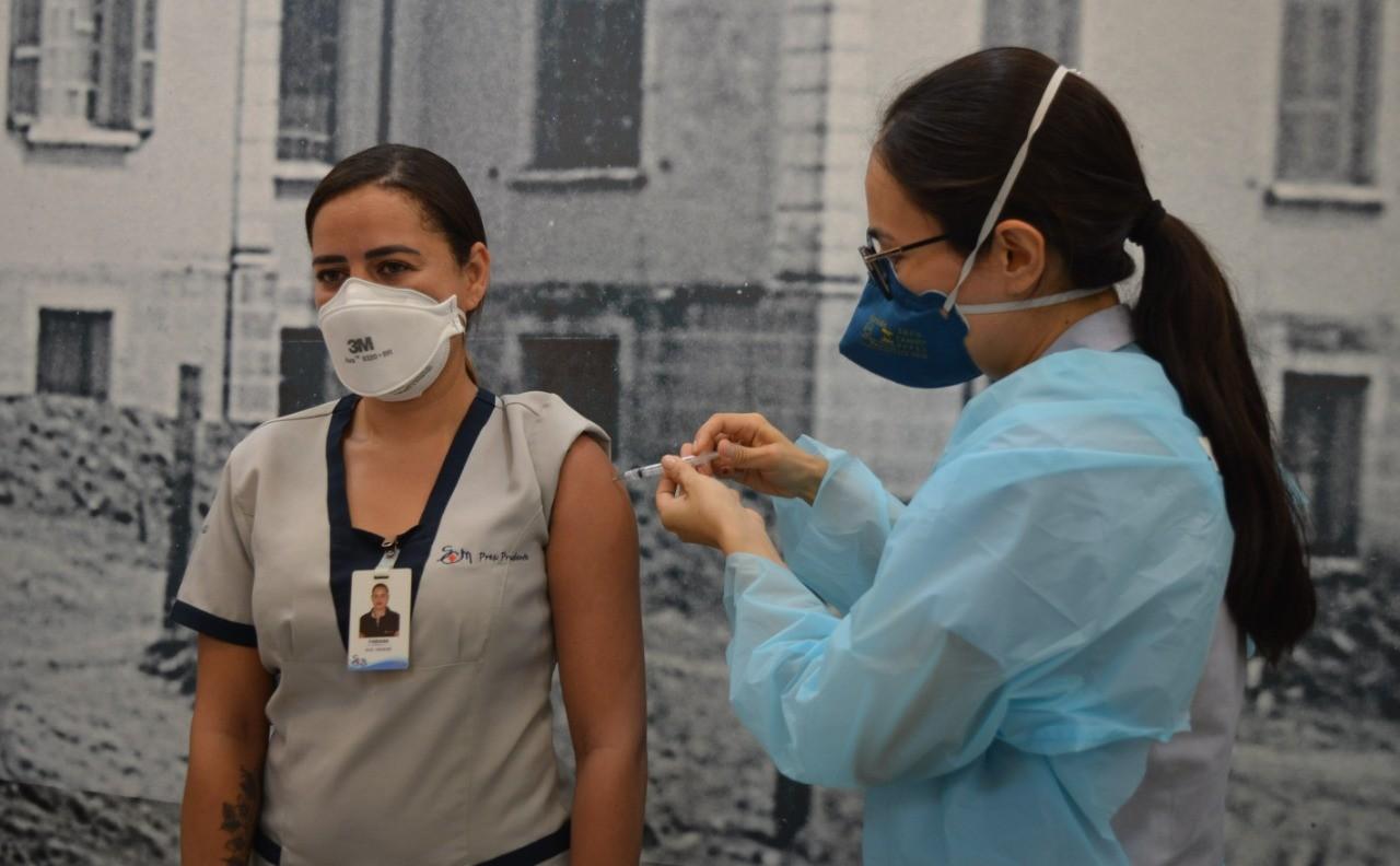 Funcionários da Santa Casa de Misericórdia de Presidente Prudente recebem vacina contra a Covid-19