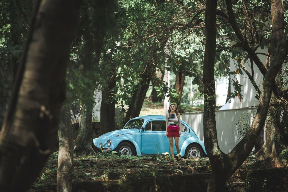 Manuzita (Isabelle Drummond) também vai até a prisão, mas fica com receio de se aproximar e observa João (Rafael Vitti) e seus familiares de longe   — Foto: Fabiano Battaglin/Gshow