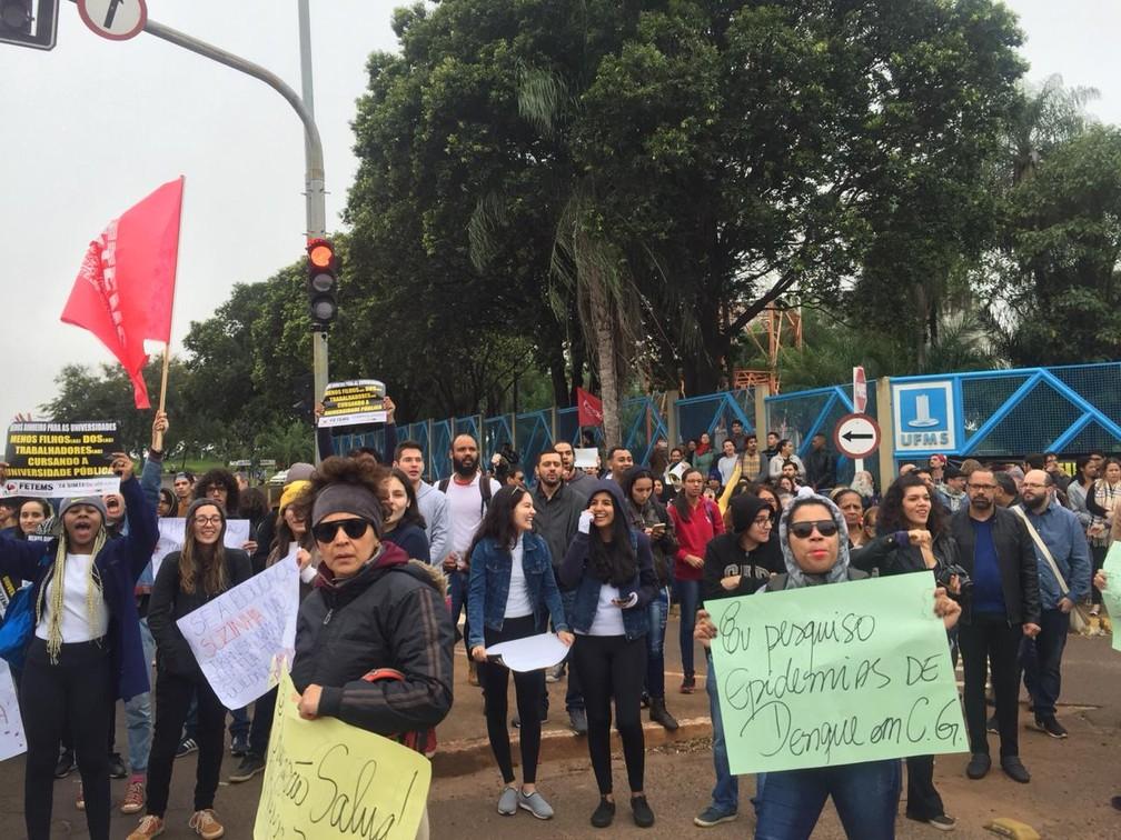 Manifestação na UFMS, em Campo Grande — Foto: Dyego Queiroz/TV Morena