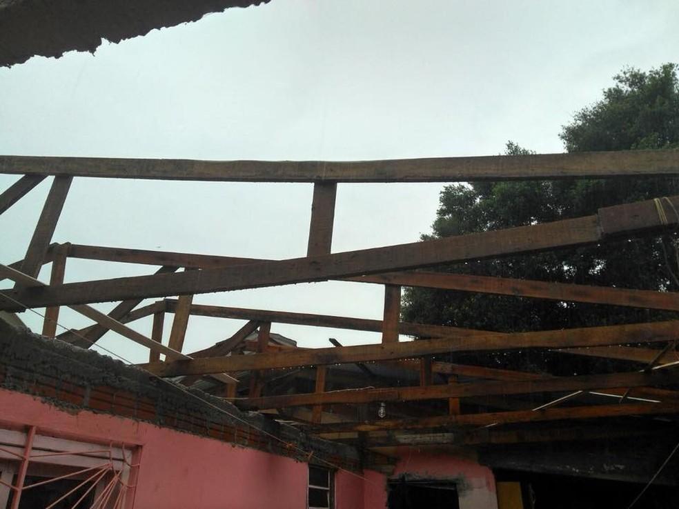 Pelo menos 10 casas ficaram destelhadas em Carazinho (Foto: Portal Gazeta 670)