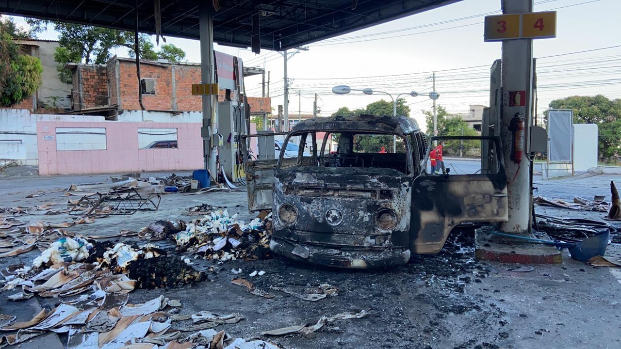 Posto de combustível fica destruído após carro pegar fogo em Salvador