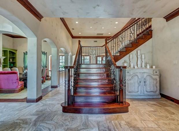 A escada de madeira, com corrimãos de aço dá um ar exótico (Foto: Christie's International Real Estate/ Reprodução)