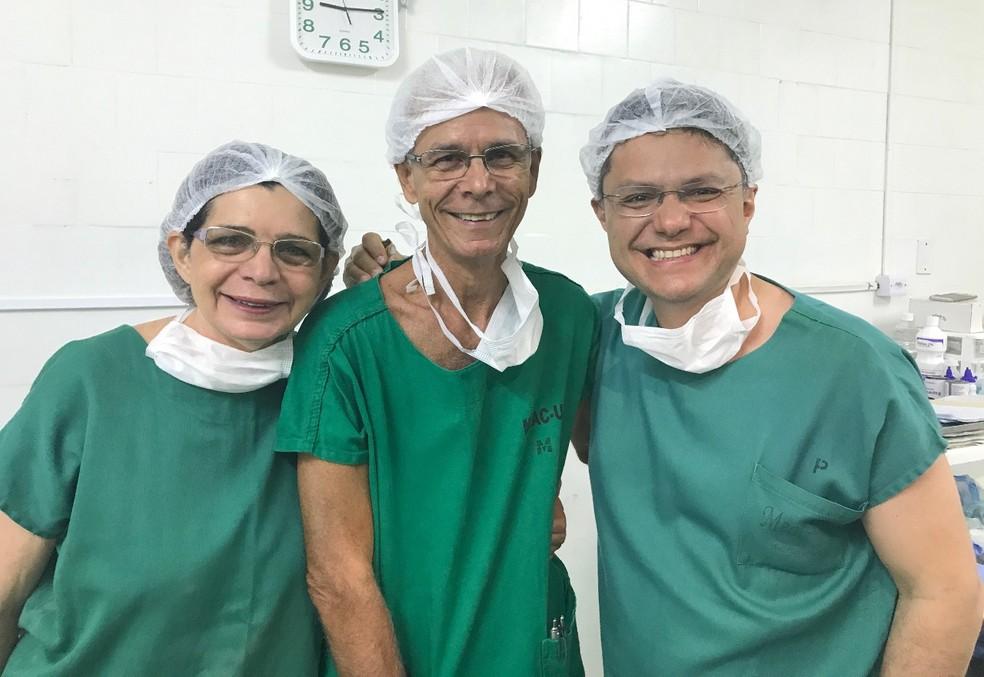 Médicos Zenilda Bruno, Edmar Maciel e Leonardo Bezerra na primeira cirurgia de construção vaginal na Maternidade-Escola (Foto: Leonardo Bezerra/Arquivo pessoal)