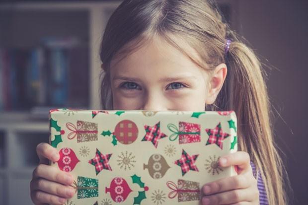 Criança segura presente (Foto: Gety Image)