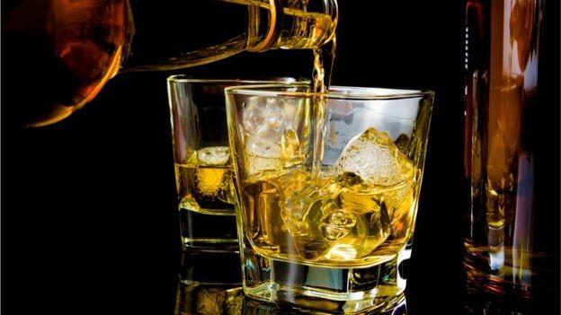 Pesquisador diz que bebida pode ajudar a dormir, mas prejudica qualidade do sono (Foto: Getty Images/BBC)