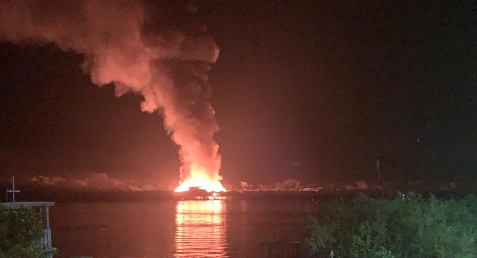 Incêndio de grandes proporções atinge vilarejo de casas e lojas na divisa de Costa Marques.  — Foto: Reprodução/Arquivo pessoal