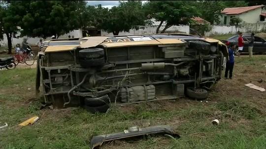 Acidente com ônibus escolar deixa 14 feridos, entre eles, 12 crianças, no norte do Ceará