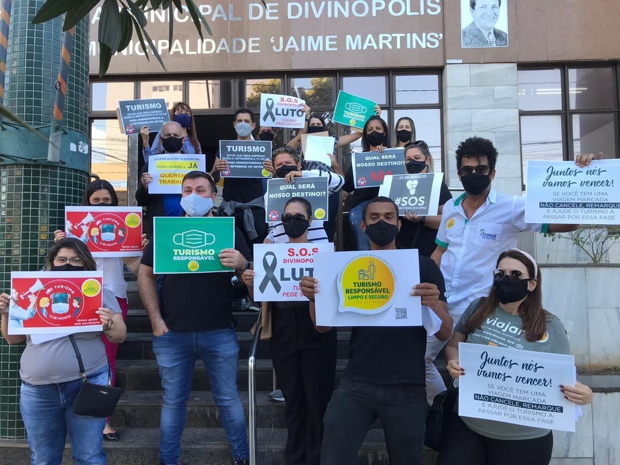Representantes de agências de turismo fazem manifestação pedindo retomada do setor em Divinópolis