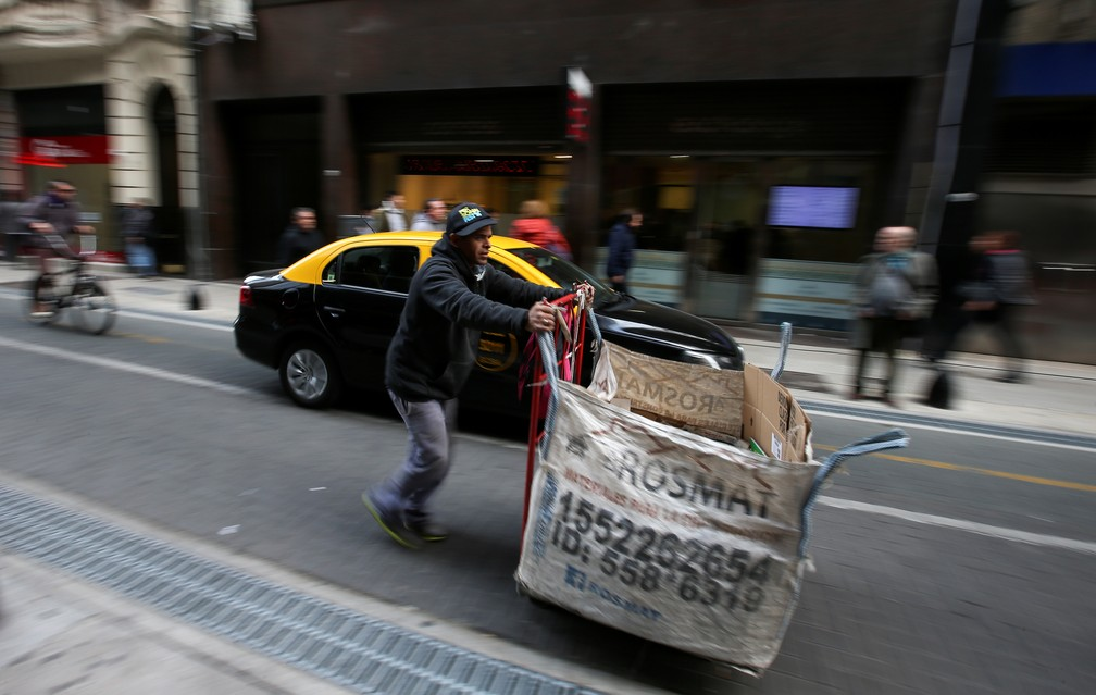 Waste picker pushes trolley in Buenos Aires street, Argentina - Photo: Agustin Marcaia / Reuters