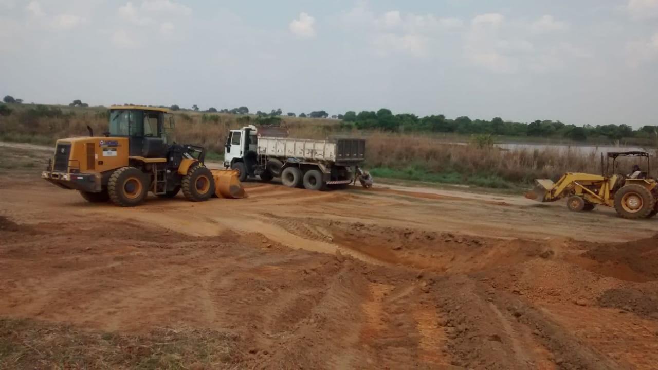 Servidores públicos são flagrados utilizando máquinas de prefeitura para construir pista de aeroporto em fazenda - Notícias - Plantão Diário