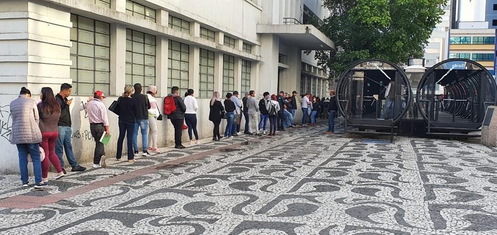 Contribuintes fazem fila em frete à sede da Receita Federal, em Curitiba — Foto: Victor Hugo Bittencourt/RPC