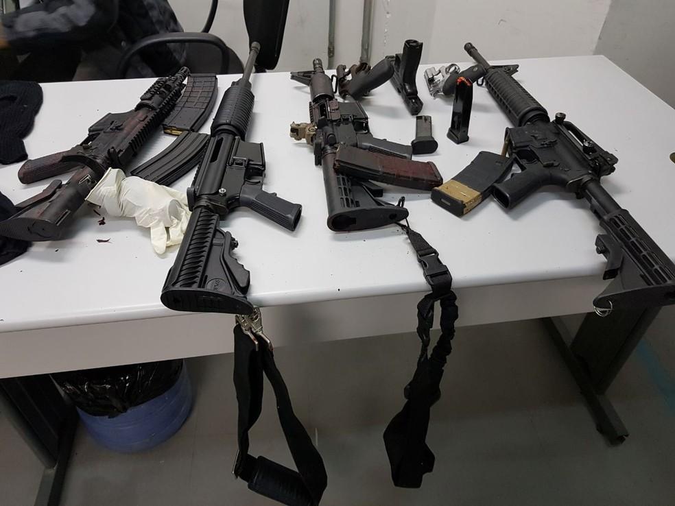 Fuzis usados por bandidos em roubo (Foto: Polícia Civil)