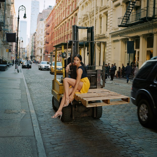 Schutz celebra loja no SoHo, em NY, com campanha estrelando Adriana Lima (Foto: Schutz/Divulgação)