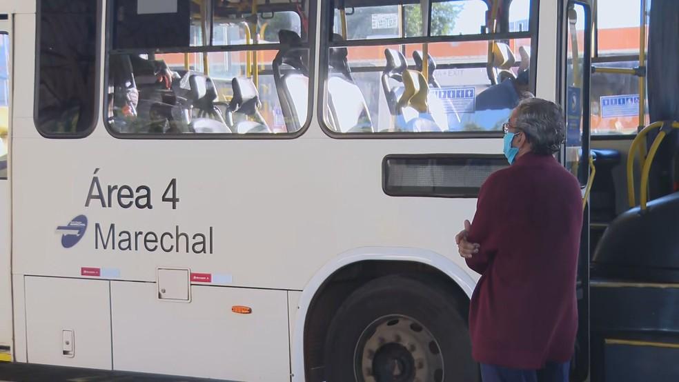 Terminal rodoviário do P Sul no primeiro dia de multa para quem estiver sem máscara  — Foto: TV Globo/Reprodução