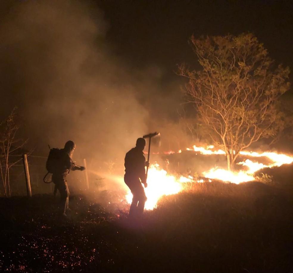 Um incêndio de grandes proporções atingiu, na noite dessa sexta-feira (28), os paredões e uma região de pousadas em Chapada dos Guimarães — Foto: Corpo de Bombeiros de Mato Grosso