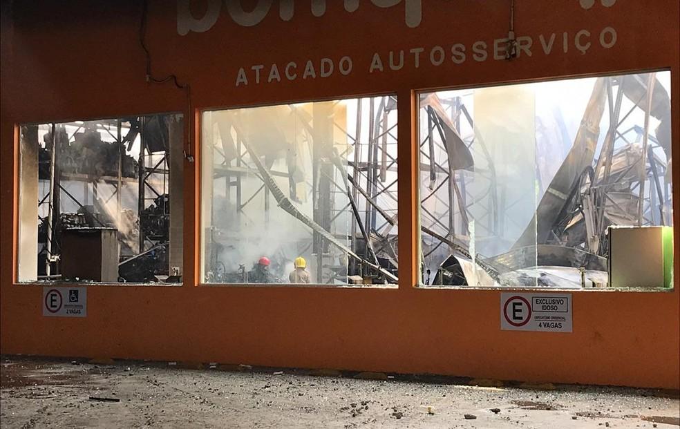 Incêndio provocou desabamento do teto de supermercado, em Campina Grande e destruiu estoque — Foto: Artur Lira/G1