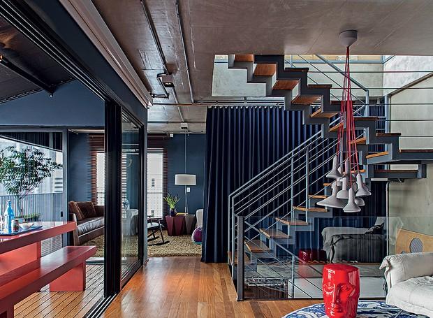 A escada metálica, que liga os três pavimentos, tem desenho do arquiteto Nelson Kabarite. Parte da tubulação elétrica fica aparente, assim como os fios da luminária (Foto: Victor Affaro/Editora Globo)