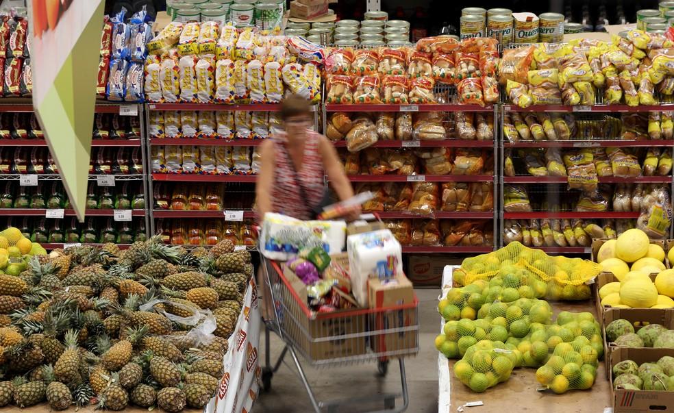 Queda dos preços de frutas e alimentos segurou a inflação de junho, que registrou a menor taxa do ano — Foto: Paulo Whitaker/Reuters