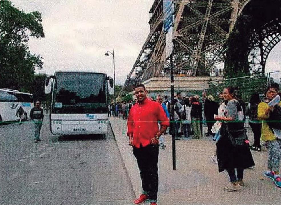 Omar Hichamy, um dos terroristas que atacou Barcelona, sorri para foto debaixo da Torre Eiffel, em Paris (Foto: AFP PHOTO / LA VANGUARDIA)