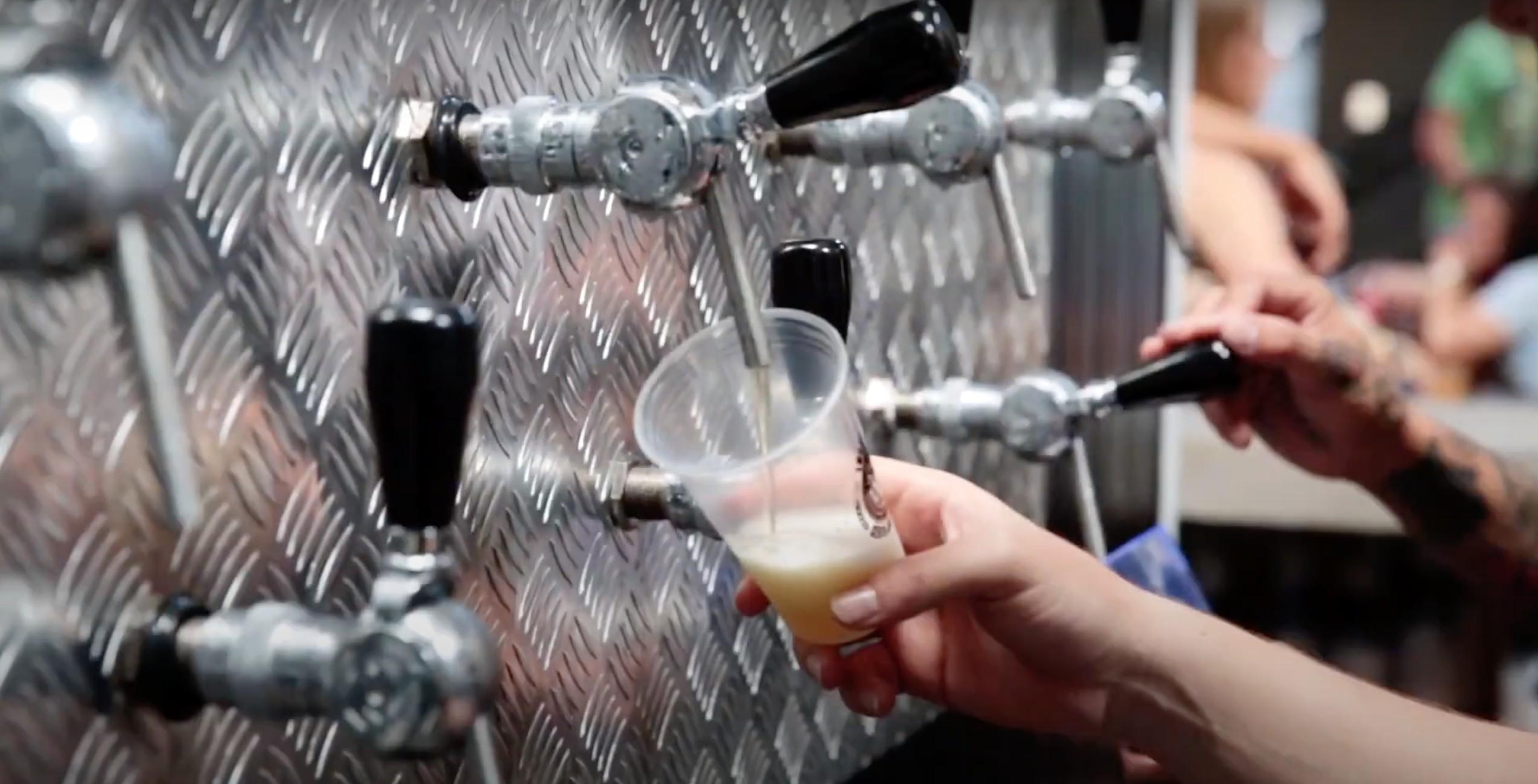Cervejaria realiza ação solidária e troca chope por doação de alimentos em Poços de Caldas, MG