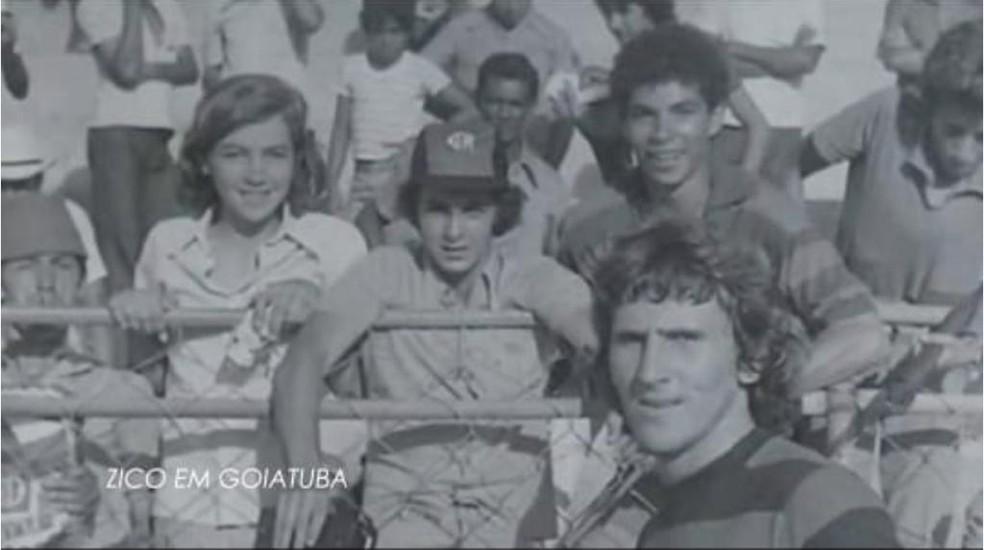 Zico posa com torcedores na viagem a Goiatuba, em 1974 — Foto: Reprodução