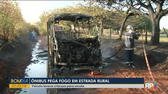 Ônibus escolar é destruído por incêndio, em Alto Paraná