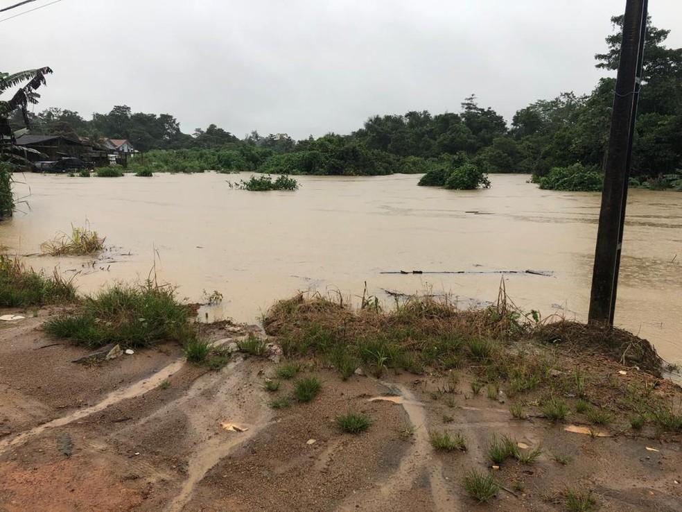 Água atingiu várias ruas e casas — Foto: WhatsApp/Reprodução