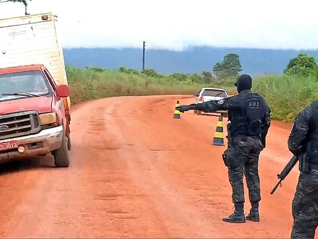 Forças policiais montaram barreiras e fazem abordagens nas entradas do garimpo em Pontes e Lacerda (Foto: Reprodução/TVCA)
