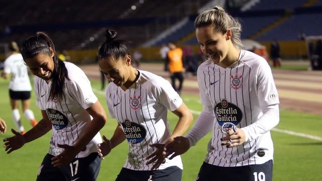 Jogadoras do Corinthians comemoram gol contra a Ferroviária na final da Libertadores Feminina